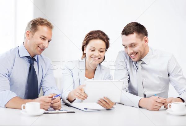 Equipo de negocios mirando oficina negocios tecnología Foto stock © dolgachov