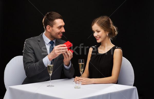 興奮した 若い女性 見える 彼氏 ボックス レストラン ストックフォト © dolgachov