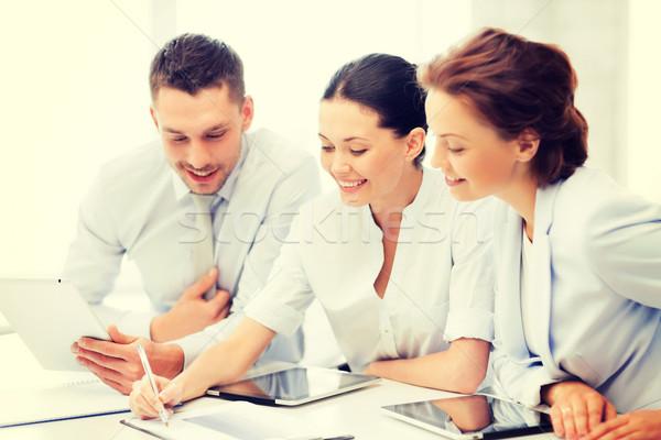 Stock fotó: üzleti · csapat · dolgozik · tabletta · barátságos · megbeszélés · iroda