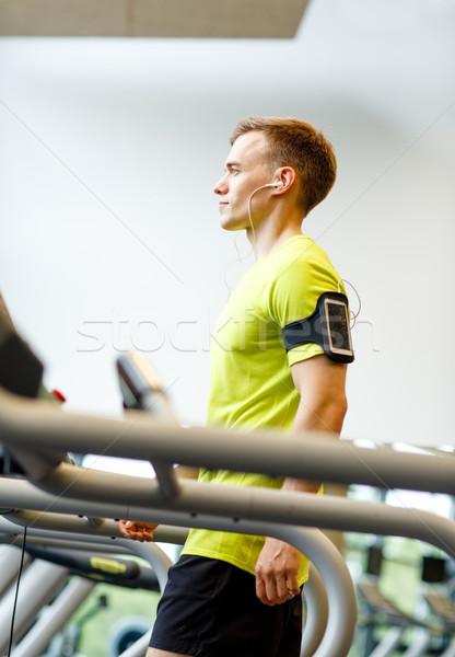 Człowiek smartphone kierat siłowni sportu Zdjęcia stock © dolgachov