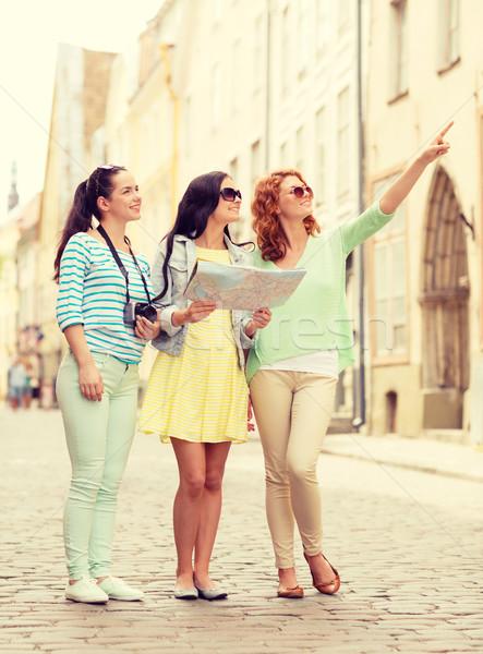 Mosolyog tinilányok térkép kamera turizmus utazás Stock fotó © dolgachov