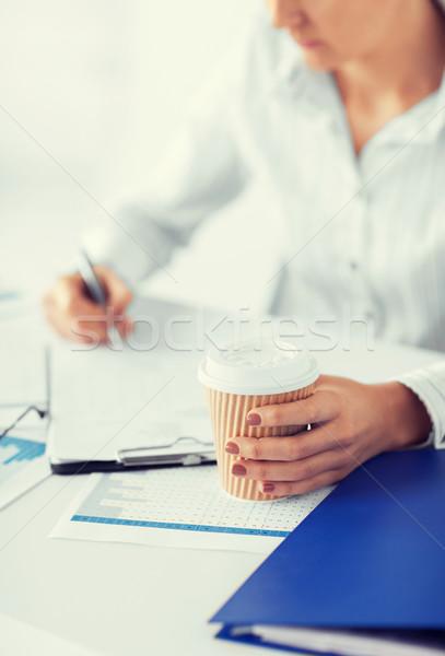 Nő kávé tömés üres papír üzlet üzletasszony Stock fotó © dolgachov