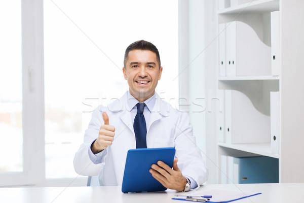 Glimlachend arts tonen gezondheidszorg Stockfoto © dolgachov
