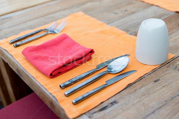 關閉 刀具 玻璃 餐巾 表 商業照片 © dolgachov