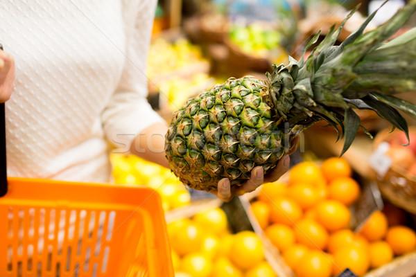 женщину ананаса продуктовых рынке продажи Сток-фото © dolgachov