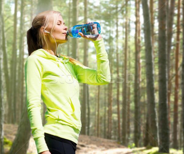 Mujer agua potable deportes aire libre fitness deporte Foto stock © dolgachov