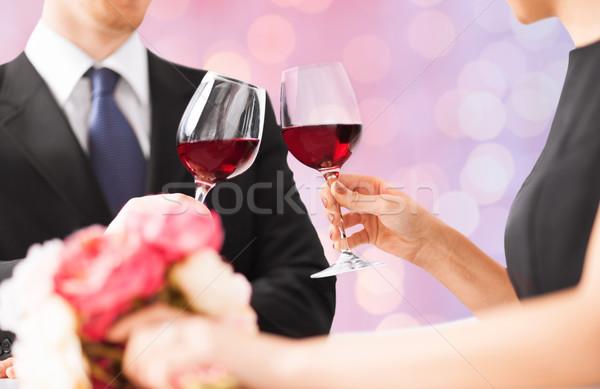 Heureux engagé fleurs verres à vin personnes vacances Photo stock © dolgachov