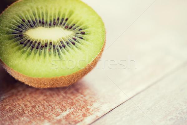 Maduro kiwi fatia tabela frutas Foto stock © dolgachov