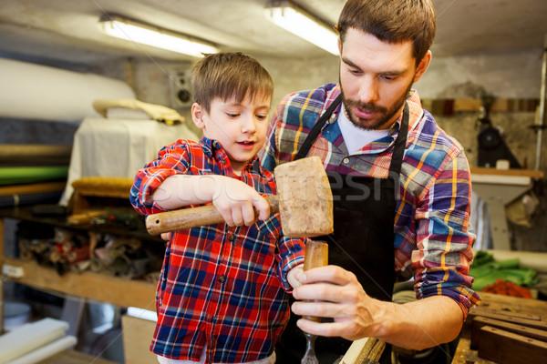 Apa fia véső dolgozik műhely család ácsmesterség Stock fotó © dolgachov
