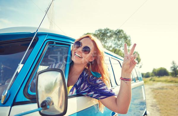 Sonriendo jóvenes hippie mujer conducción Foto stock © dolgachov