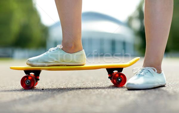 Közelkép női láb lovaglás rövid gördeszka Stock fotó © dolgachov