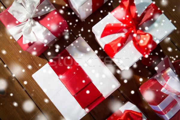 Közelkép ajándékdobozok fapadló felső karácsony ünnepek Stock fotó © dolgachov
