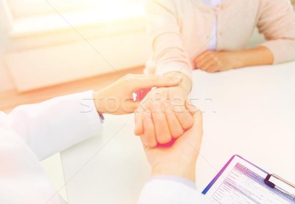 Orvos idős nő pulzus kórház gyógyszer Stock fotó © dolgachov