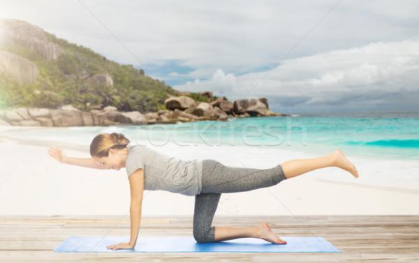 Nő jóga egyensúlyoz asztal póz tengerpart Stock fotó © dolgachov