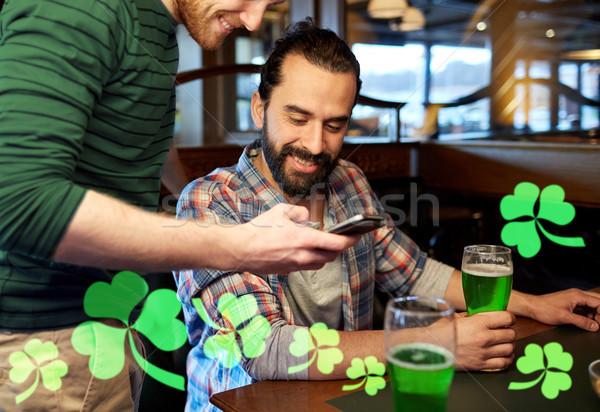 Stockfoto: Vrienden · smartphone · drinken · groene · bier · pub