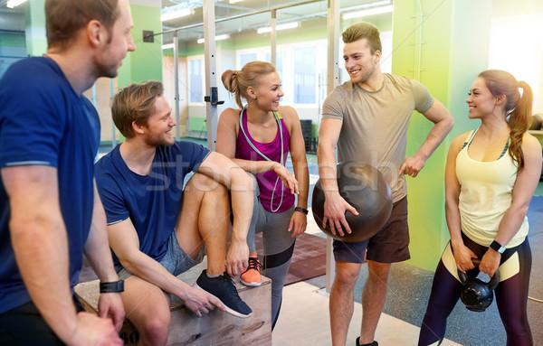 Grup arkadaşlar spor malzemeleri spor salonu uygunluk spor Stok fotoğraf © dolgachov