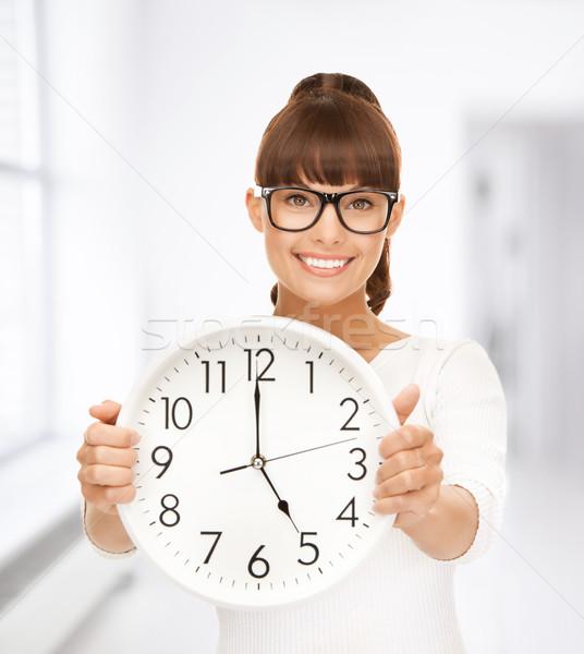 Empresária parede relógio quadro atraente mulher Foto stock © dolgachov