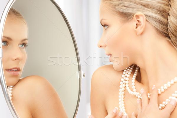 Vrouw parel ketting naar spiegel gezicht Stockfoto © dolgachov