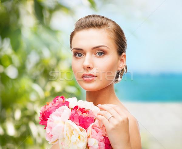 Kobieta kwiaty piękna biżuteria Zdjęcia stock © dolgachov
