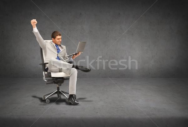 Stok fotoğraf: Genç · işadamı · oturma · sandalye · dizüstü · bilgisayar · iş