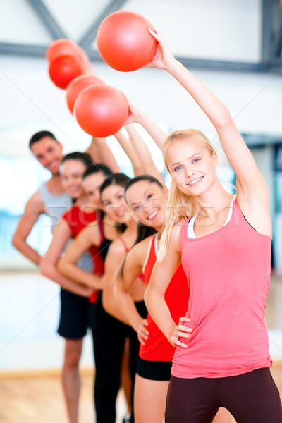 Grupo sonriendo las personas que trabajan fuera pelota fitness Foto stock © dolgachov