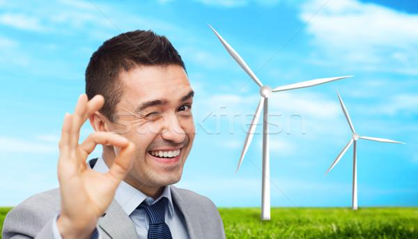 Gelukkig zakenman pak tonen handteken Stockfoto © dolgachov