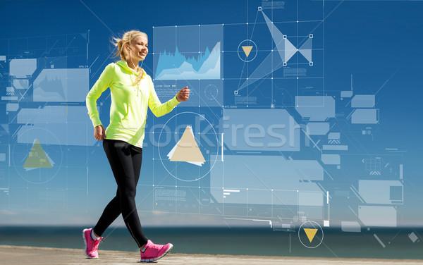 Glimlachend jonge vrouw lopen buitenshuis sport opleiding Stockfoto © dolgachov