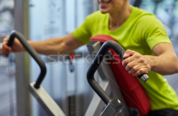 Stockfoto: Glimlachend · man · gymnasium · machine