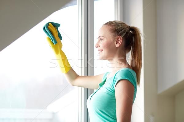 Szczęśliwy kobieta rękawice czyszczenia okno szmata Zdjęcia stock © dolgachov