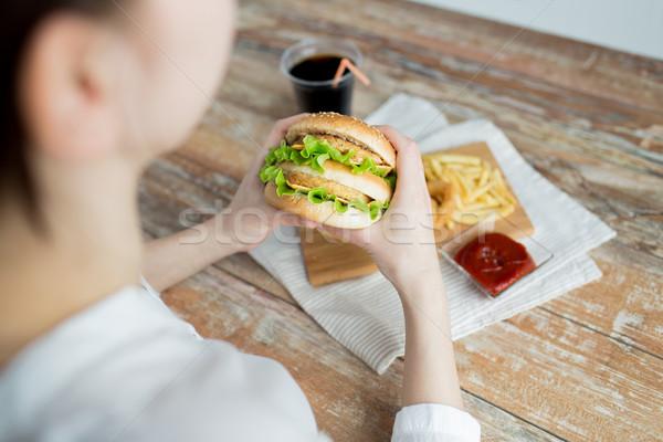 Mulher mãos hambúrguer fast-food Foto stock © dolgachov