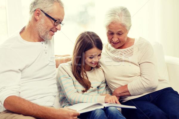 ストックフォト: 笑みを浮かべて · 家族 · 図書 · ホーム · 世代 · 人