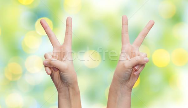 Kobieta ręce zwycięstwo pokoju podpisania Zdjęcia stock © dolgachov