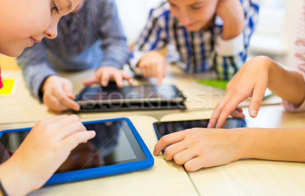 Közelkép iskola gyerekek játszanak táblagép oktatás általános iskola Stock fotó © dolgachov