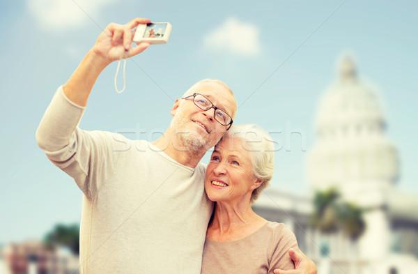 Pareja de ancianos cámara casa blanca edad turismo viaje Foto stock © dolgachov