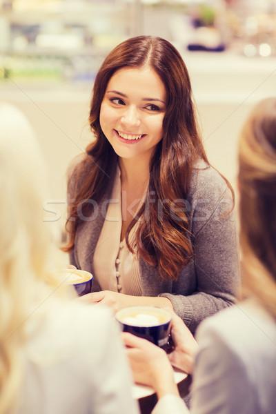 Zdjęcia stock: Uśmiechnięty · kobiet · kubki · do · kawy · centrum · Kafejka · napojów