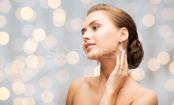 Mooie vrouw diamant oorbellen armband schoonheid luxe Stockfoto © dolgachov