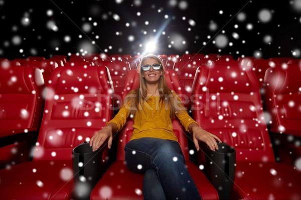 Genç kadın izlerken film 3D tiyatro sinema Stok fotoğraf © dolgachov