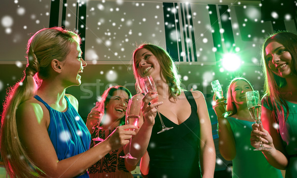 Młodych kobiet okulary szampana klub nowy rok strony Zdjęcia stock © dolgachov