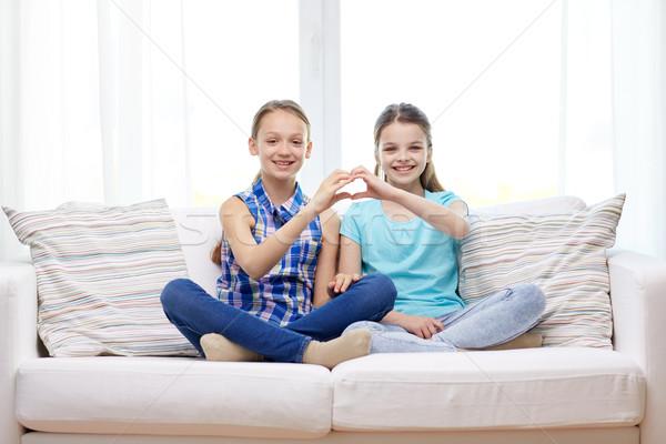 Feliz niñas forma de corazón muestra de la mano personas Foto stock © dolgachov