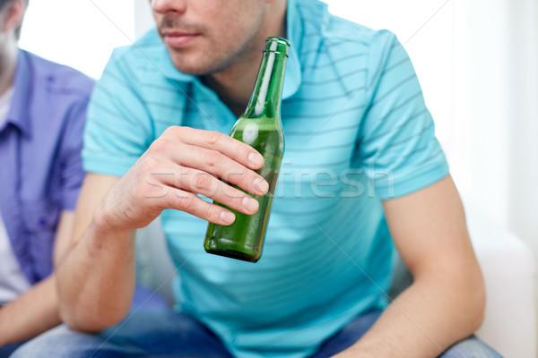Zdjęcia stock: Człowiek · znajomych · pitnej · piwa · domu