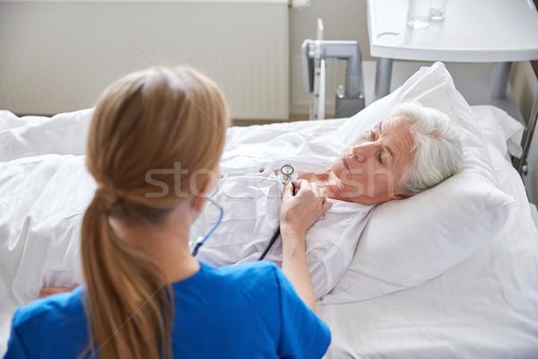 Nővér sztetoszkóp idős nő klinika gyógyszer Stock fotó © dolgachov