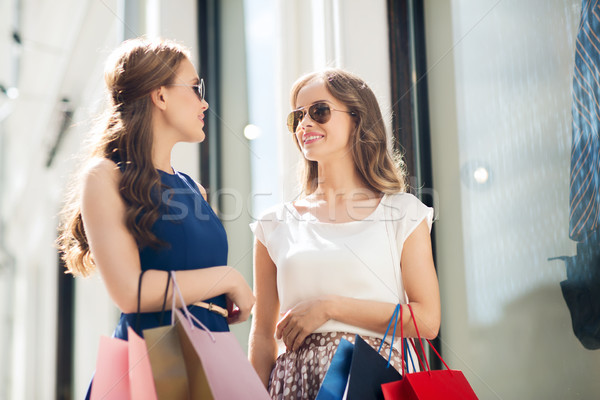 Gelukkig vrouwen winkel venster verkoop Stockfoto © dolgachov