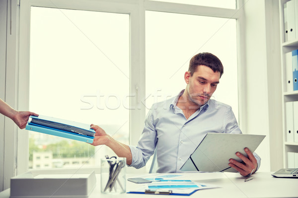 Geschäftsmann Aufnahme Papiere Sekretär Büro Geschäftsleute Stock foto © dolgachov