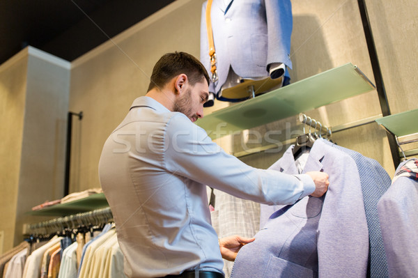 Homem escolher jaqueta roupa armazenar Foto stock © dolgachov