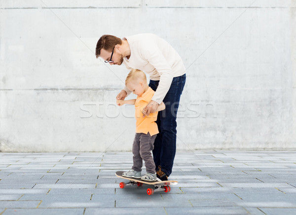 Felice padre piccolo figlio skateboard famiglia Foto d'archivio © dolgachov