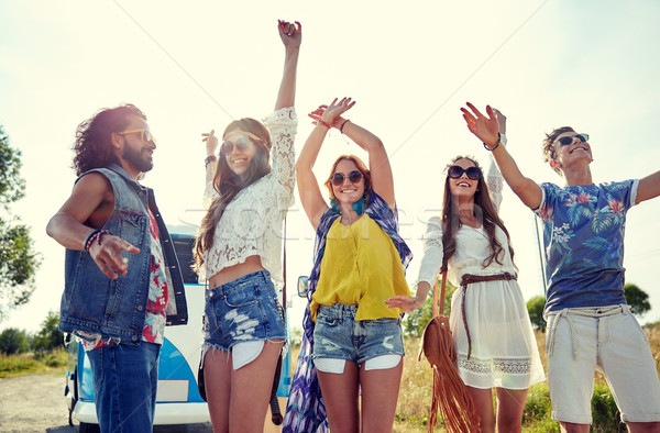 Heureux jeunes hippie amis danse extérieur Photo stock © dolgachov