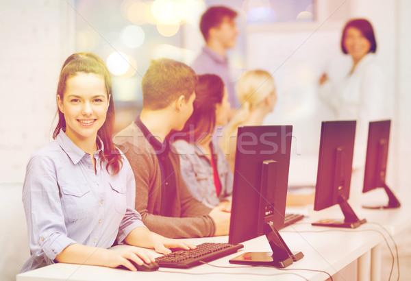 Studentów monitor komputerowy szkoły edukacji Internetu grupy Zdjęcia stock © dolgachov