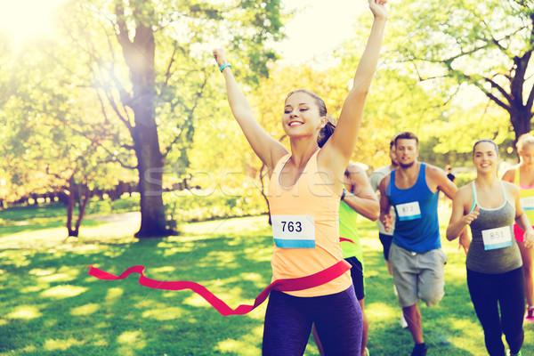 Mutlu genç kadın koşucu kazanan yarış Stok fotoğraf © dolgachov