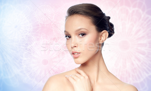 Cara belo asiático mulher dourado anel Foto stock © dolgachov