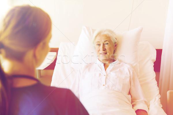 Stockfoto: Arts · verpleegkundige · senior · vrouw · ziekenhuis · geneeskunde